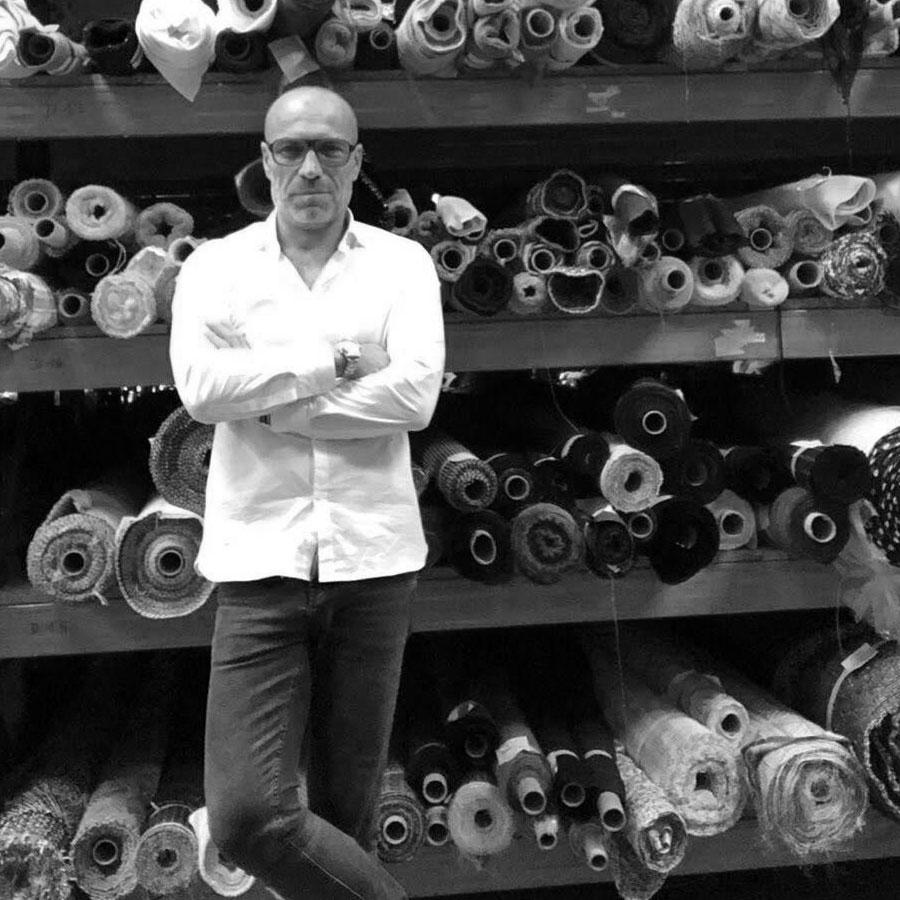 Jean Le Roy - Développeur web à Biarritz - Le Sou Français - Laurent Bensimon à son atelier de tissus à Bayonne (64)